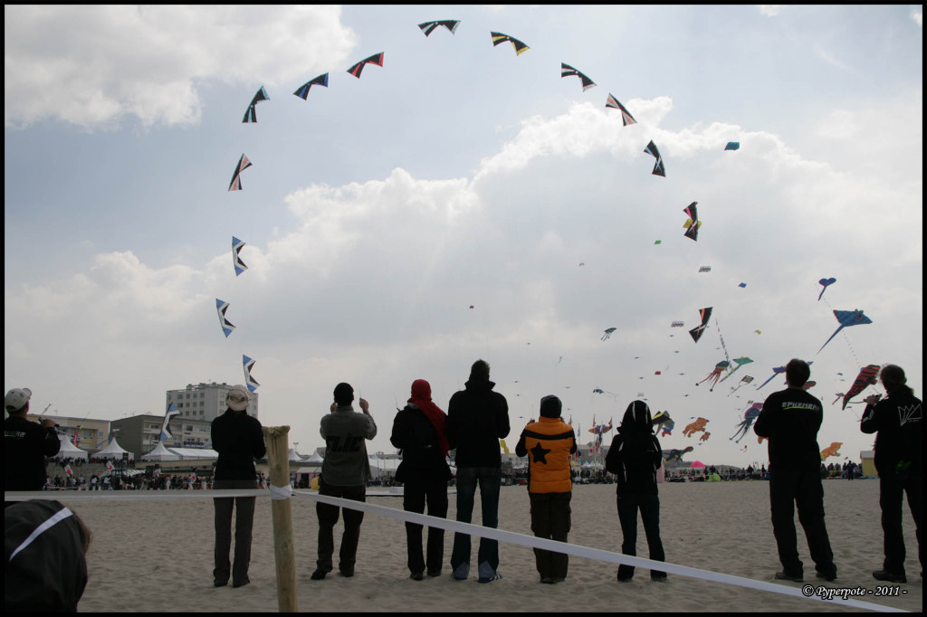 Entre deux passages nuageux, le soleil se montre et réchauffe l'atmosphère. nous nous posons sur la plage devant les démonstrations.