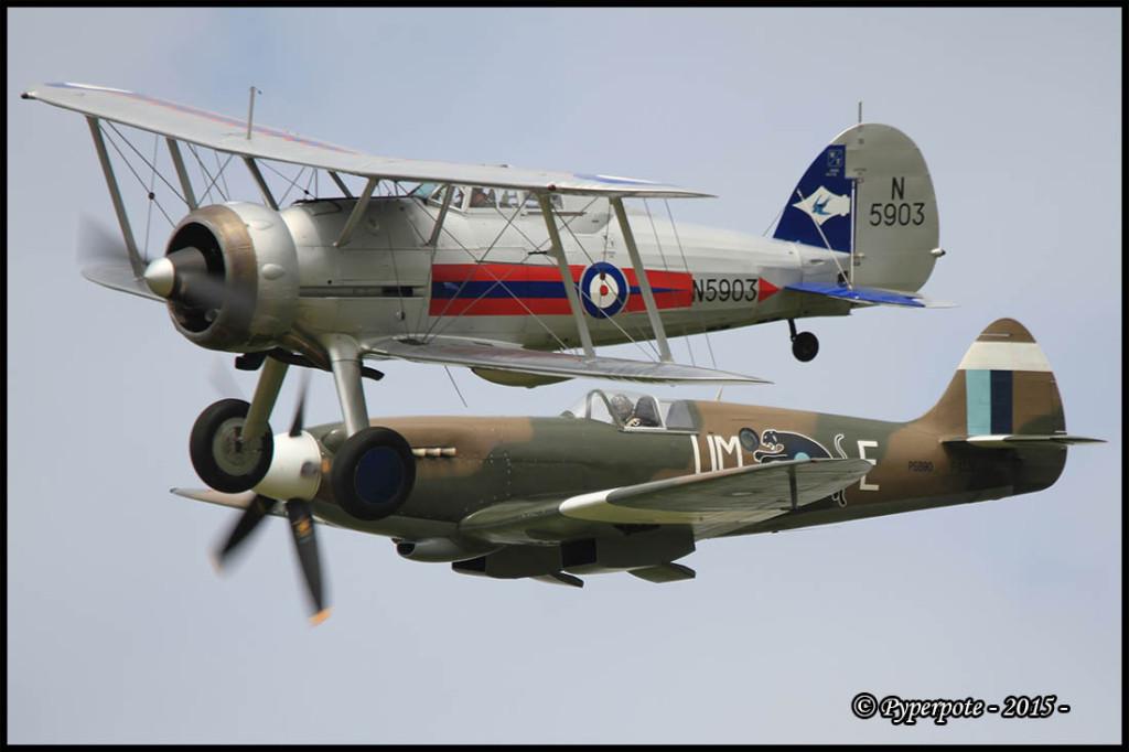 Gloster Gladiator N5903 G-GLAD et Supermarine Spitfire PR Mk XIX F-AZJS
