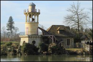 A gauche le Moulin (face avant), à droite la laiterie et la tour de Malborough
